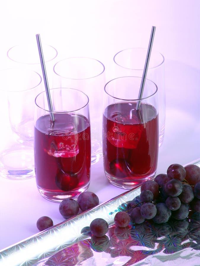Succo di uva in vetri immagini stock