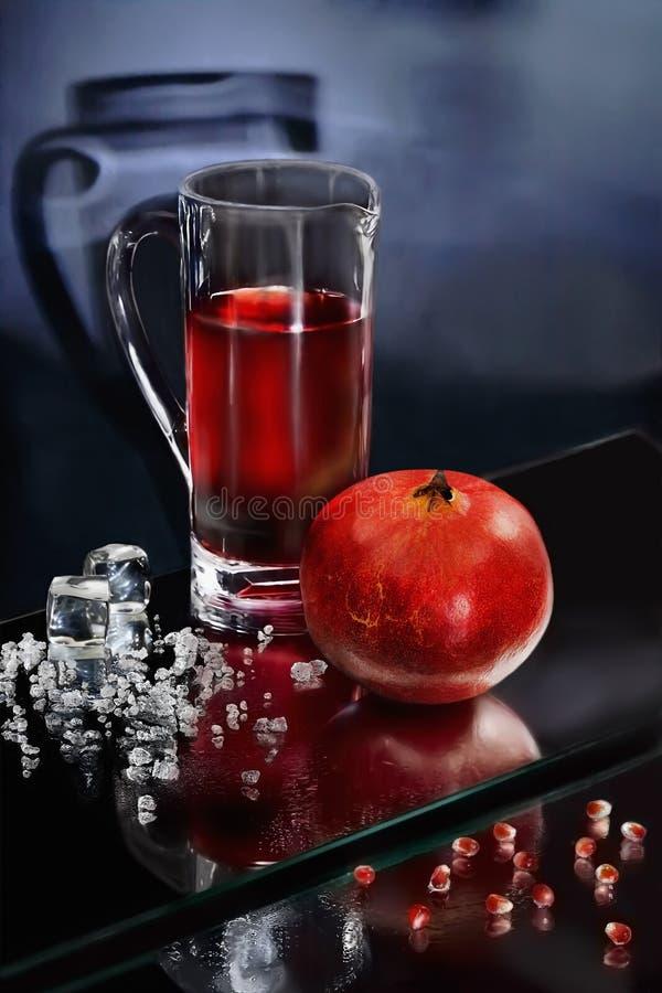 Succo e ghiaccio tritato del melograno immagine stock
