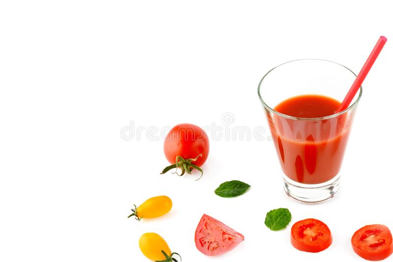 Succo e pomodori di pomodoro fresco isolati su fondo bianco Spazio libero per testo Alimento sano immagini stock