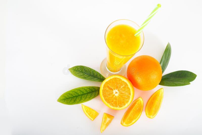 Succo ed aranci di arancia con i fogli fotografia stock libera da diritti