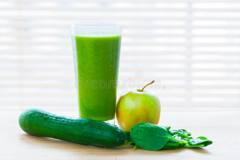 Succo fresco dalle verdure verdi e dalla frutta Bevanda sana della vitamina fotografie stock libere da diritti