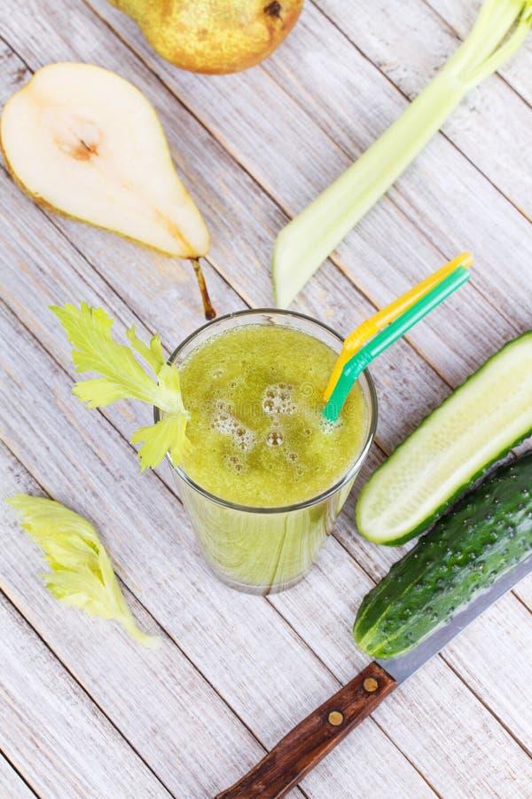 Succo fresco del cetriolo, della pera e del sedano Fette di frutta e di verdure fotografie stock