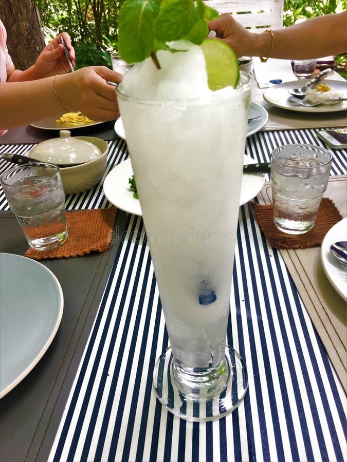 Succo fresco della limonata misto con sano immagine stock