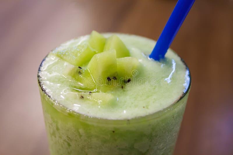 Succo sano fresco verde con il frullato del kiwi immagini stock libere da diritti