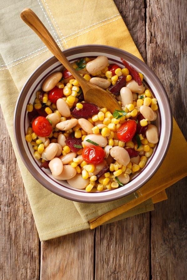 Succotash do milho, dos feijões de manteiga, dos tomates e do bacon próximos acima dentro fotografia de stock