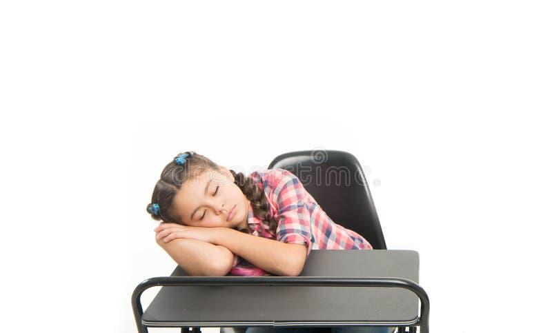 Sucede cuando alumno consiguió agujereado Pequeño alumno cansado aislado en blanco Alumno de la escuela primaria que duerme en el imagenes de archivo