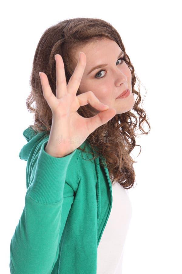 Sucesso aprovado do sinal da mão pela menina de sorriso do adolescente fotografia de stock