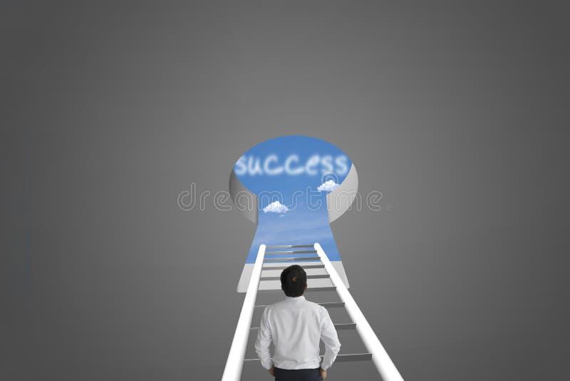 Sucesso da mensagem do olhar do homem de negócios sobre os azul-céu azuis borrados b imagens de stock royalty free