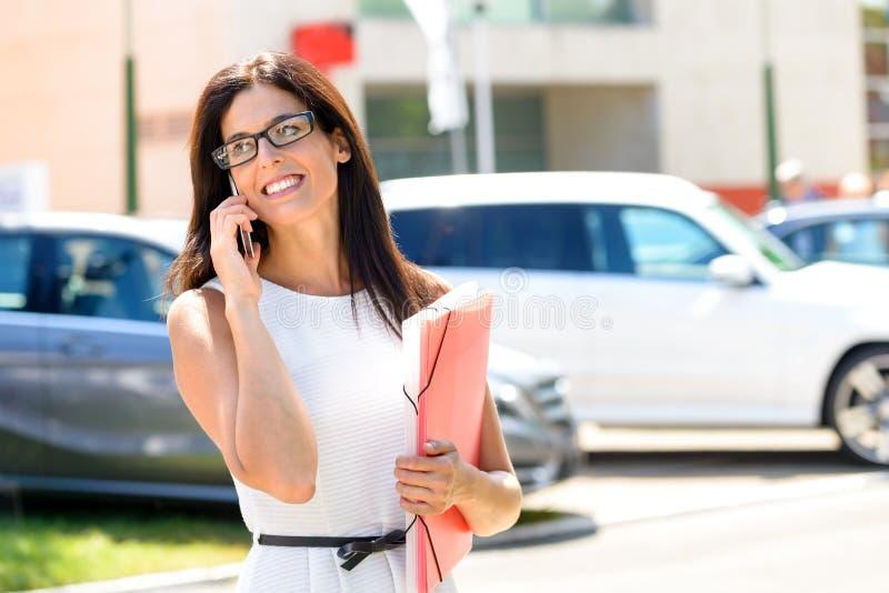Sucesso da mulher de negócio das vendas do carro fotografia de stock royalty free