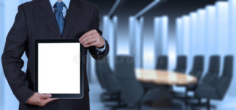Sucesso do homem de negócios que trabalha com o computador vazio da tabuleta sua placa imagens de stock royalty free