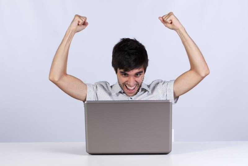 Sucesso do Internet do homem novo fotografia de stock royalty free