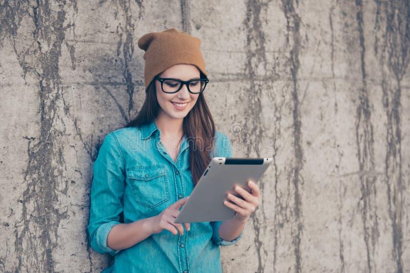 Sucesso e trabalho, conceito do estudo A jovem senhora está trabalhando em sua Ta fotografia de stock royalty free