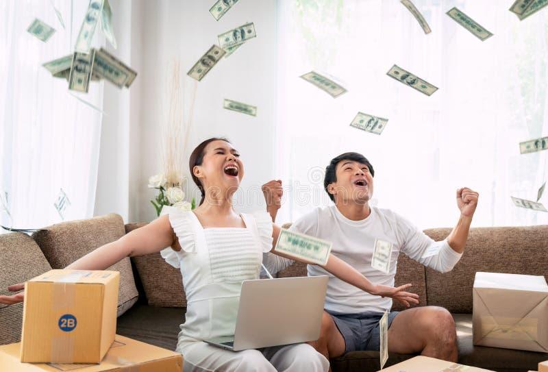Sucesso feliz dos pares em sua empresa de pequeno porte do proprietário em linha imagem de stock royalty free