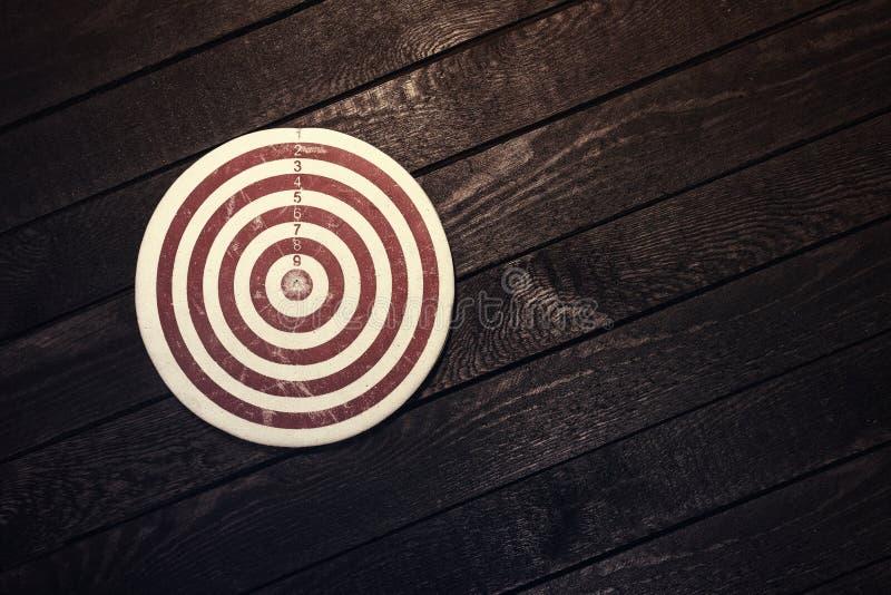 Sucesso, realização, alvo, conceito dos objetivos Placa de dardo na madeira imagens de stock royalty free