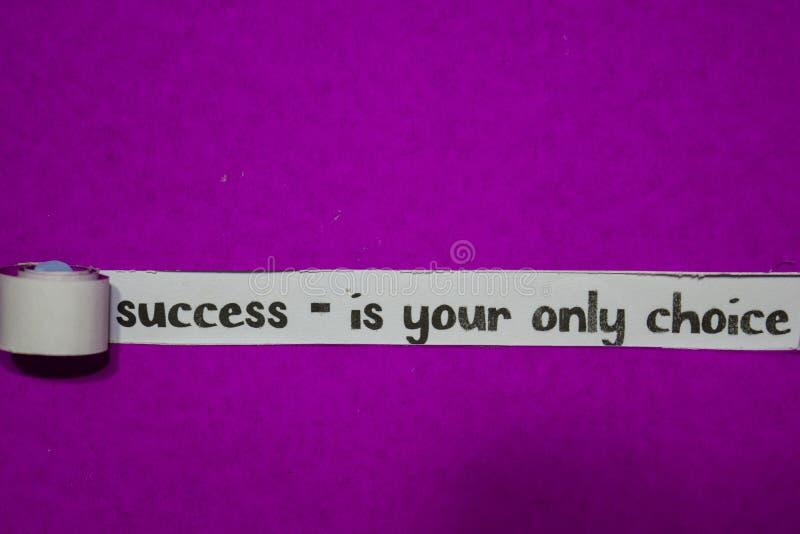 Sucesso - são sua única escolha, o conceito da inspiração, da motivação e do negócio no papel rasgado roxo foto de stock
