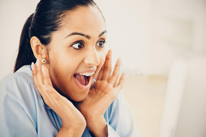 Sucesso surpreendido indiano da mulher de negócio feliz imagem de stock
