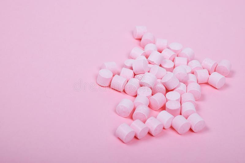 Sucettes roses de sucrerie sur un fond rose images libres de droits