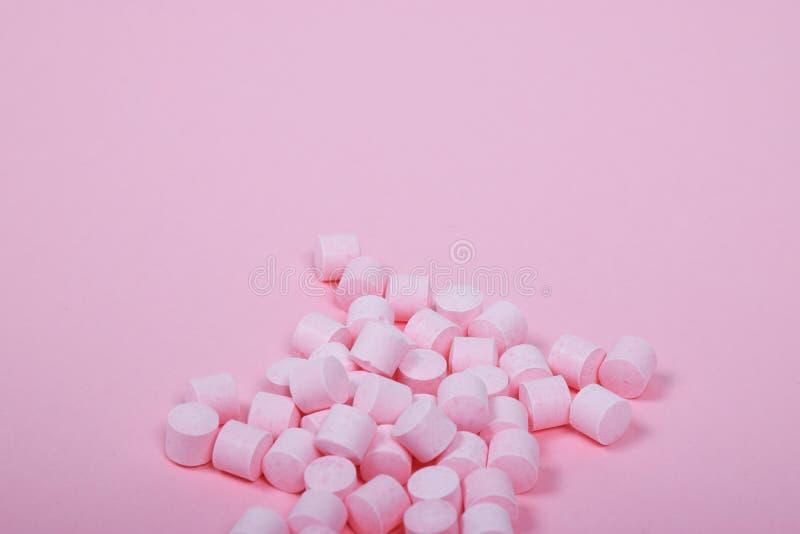 Sucettes roses de sucrerie sur un fond rose photo stock