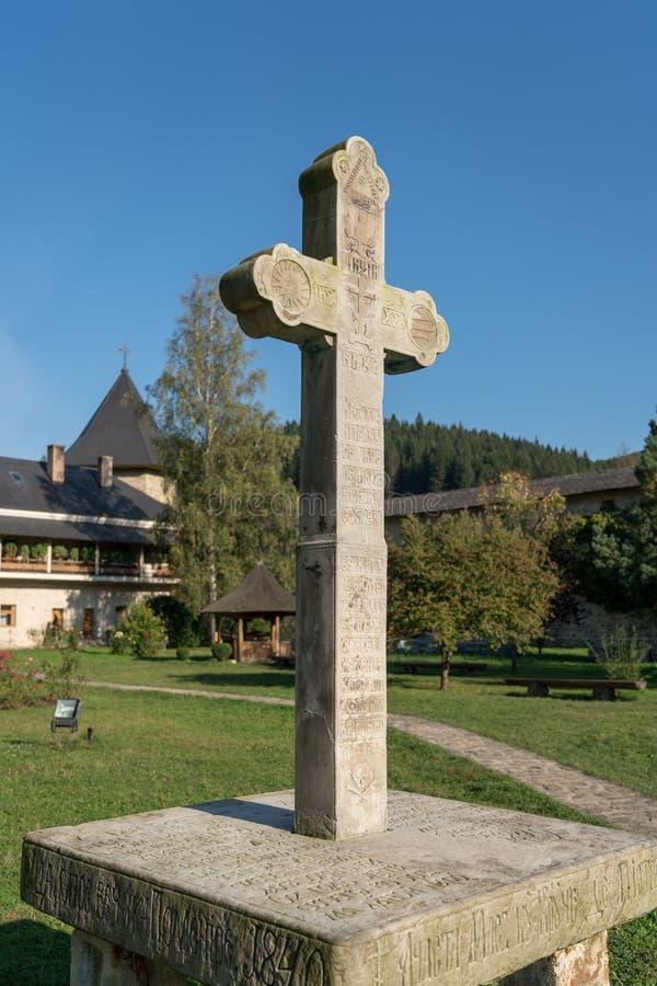 SUCEVITA, MOLDOVIA/ROMANIA - 18 DE SETEMBRO: Cruz de pedra no groun foto de stock