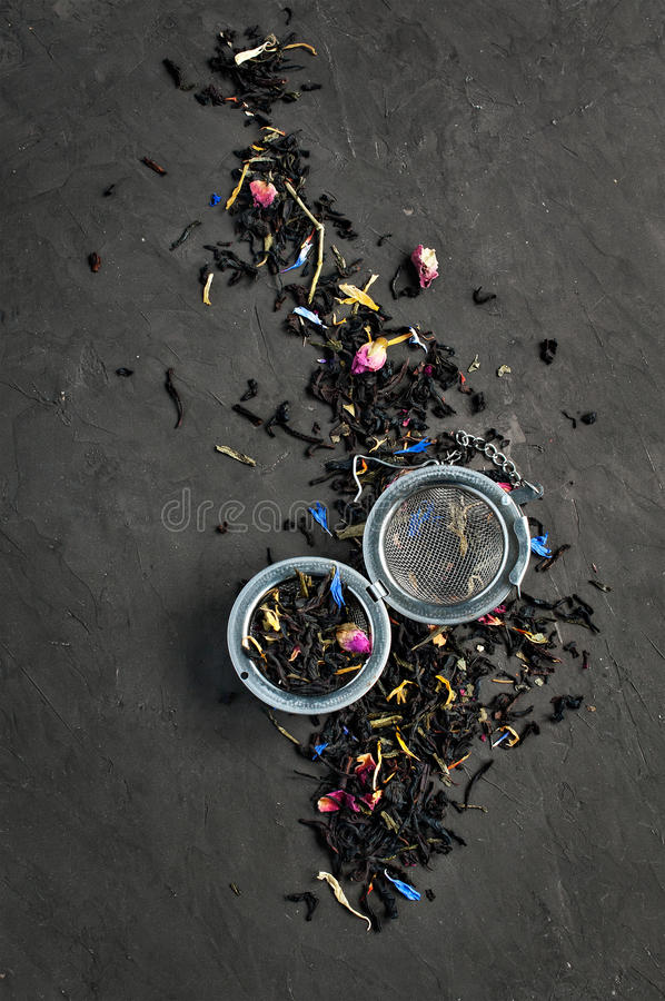 Sucha herbata doprawiająca z kwiatami i ziele z durszlakiem obraz stock