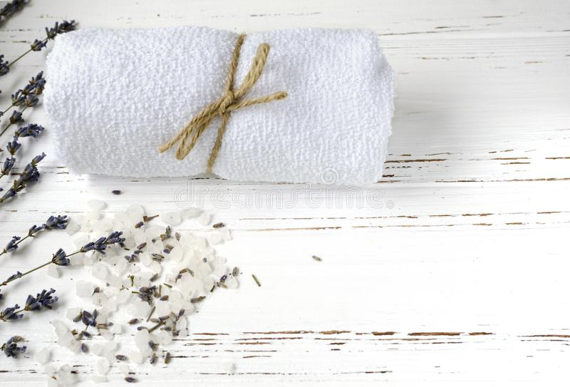 Sucha lawenda kwitnie z mydłem, ręcznikiem i morze solą na roczniku wo, obraz stock
