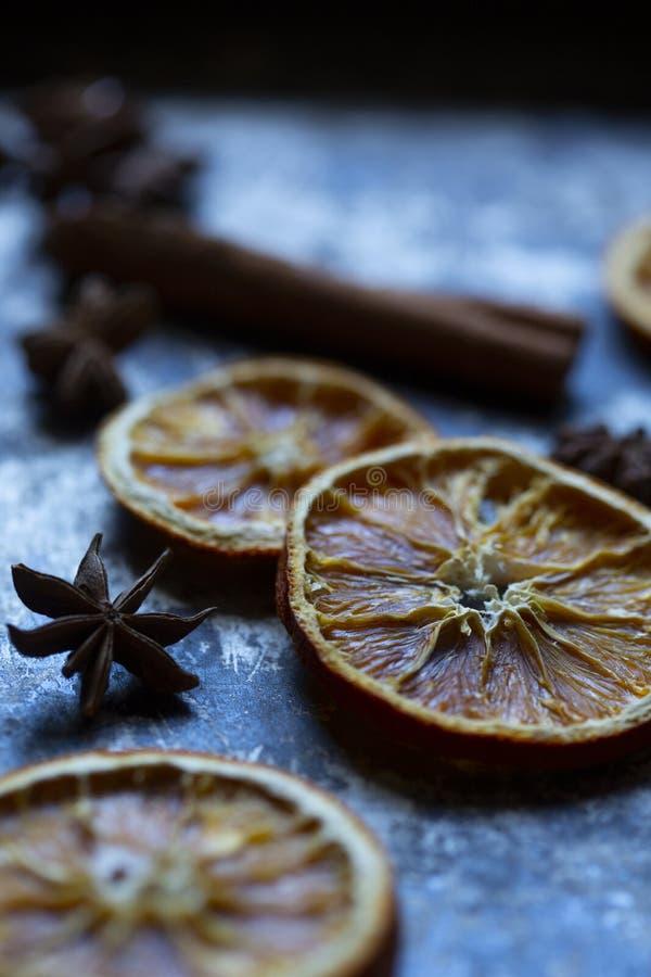 Sucha pomarańcze, cynamonowy kij i anyż na starej wypiekowej tacy, popielatej i czarnej zdjęcie stock