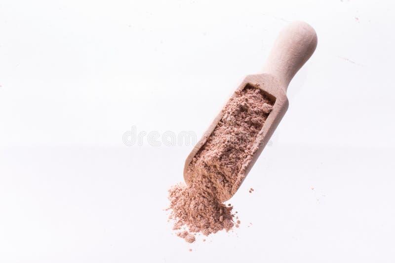 Sucha różowa gliny maska dla twarzy i ciało w drewnianej łyżce odosobniony miotła biel obrazy royalty free