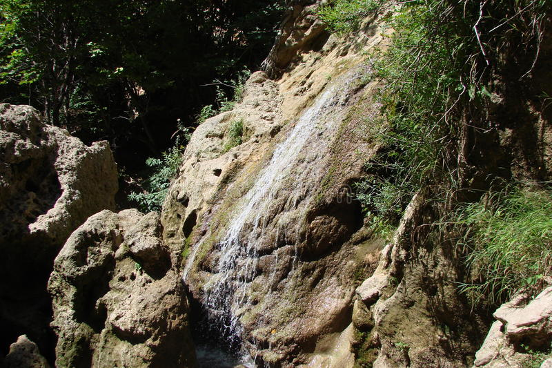 Sucha siklawa w skałach obraz stock