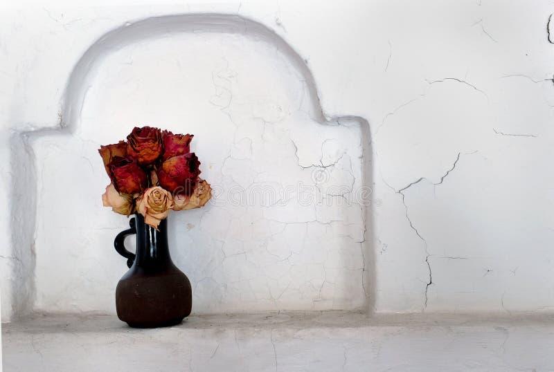 Suche róże w ceramicznej wazie obraz stock