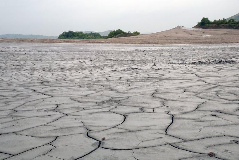 Suchej ziemi tło z głębokimi pęknięciami - środowiska pojęcie zdjęcia royalty free