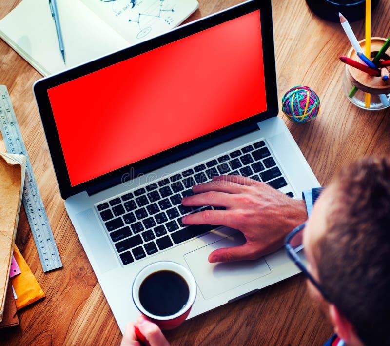 Suchen der Arbeitsidee, die unter Verwendung Labtop-Konzeptes plant stockbilder