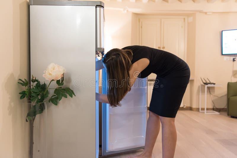 Suchen des Kühlschranks stockfotos