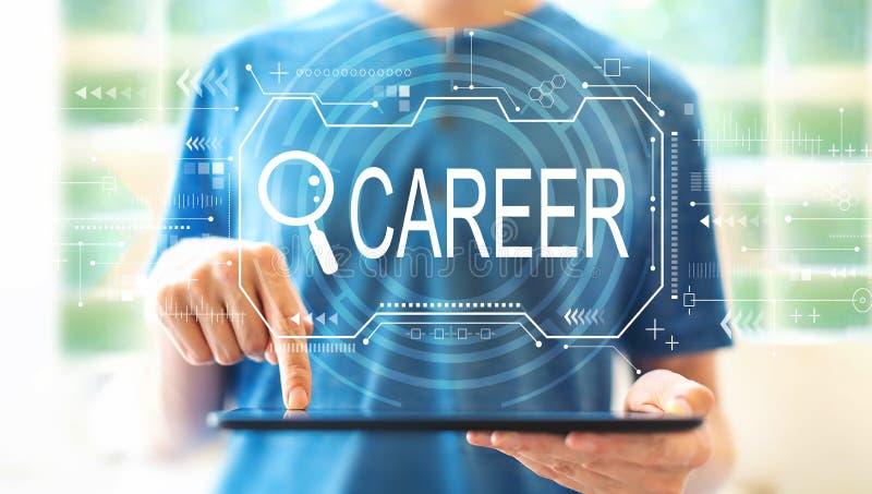 Suchen des Karrierethemas mit Mann unter Verwendung einer Tablette stockbild