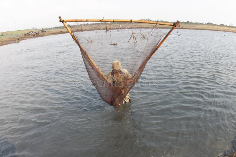 Suchen nach Fischen im trockenen Reservoir stockbilder