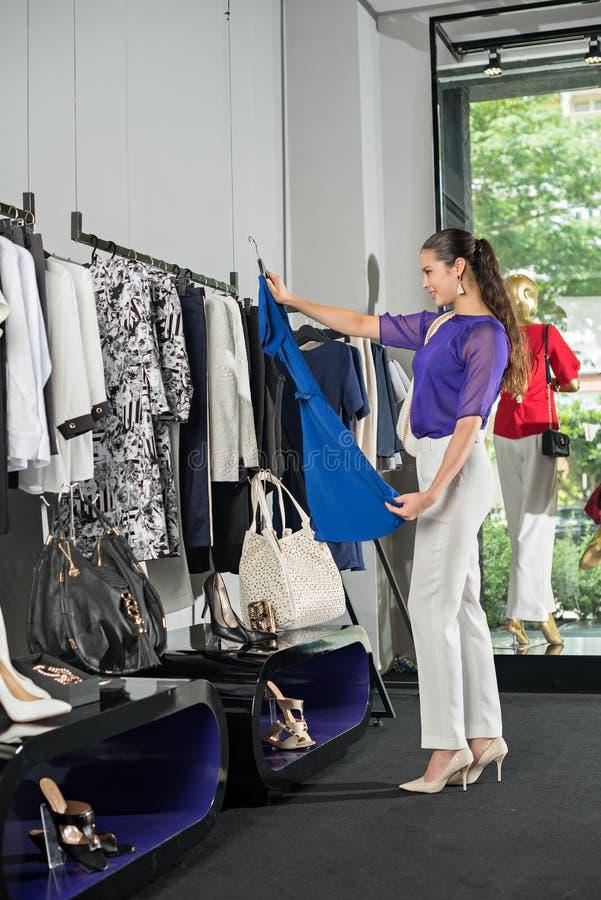 Suchen nach Kleid lizenzfreie stockfotografie