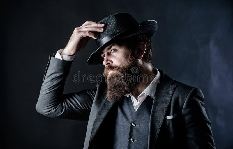 Suchen nach Modemusen Gesch?ftsmann in der Klage Grober kaukasischer Hippie mit dem Schnurrbart Detektiv im Hut f?llig lizenzfreies stockbild
