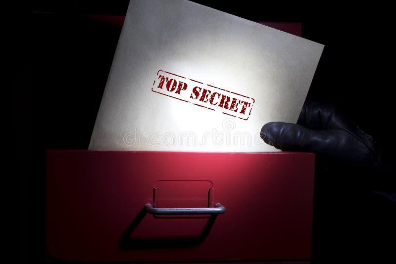 Suchen nach streng geheim Dokumenten in einer Dunkelheit lizenzfreie stockfotografie