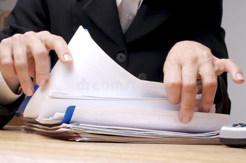 Suchen von Dokumenten 1 lizenzfreie stockbilder