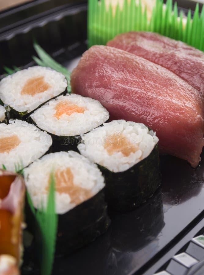 Suchi di Futo Maki con il salmone ed i sushi di nigiri fotografia stock