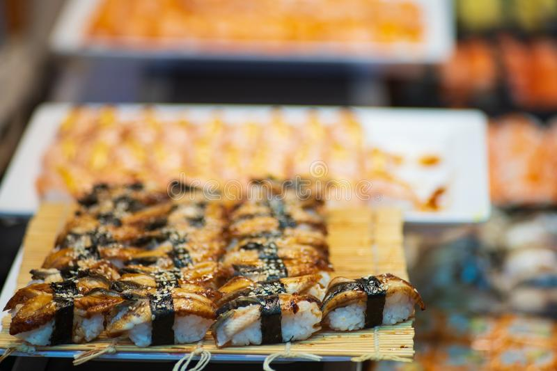 Suchi dla bubla w supermarkecie, Suchi jest Japoński krajowy karmowy popularny na całym świecie zdjęcia stock