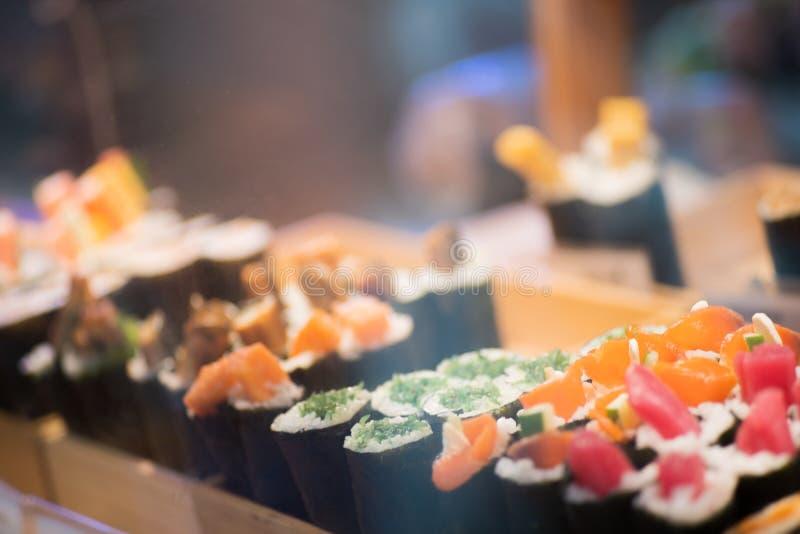 Suchi dla bubla w supermarkecie, Suchi jest Japoński krajowy karmowy popularny na całym świecie fotografia stock
