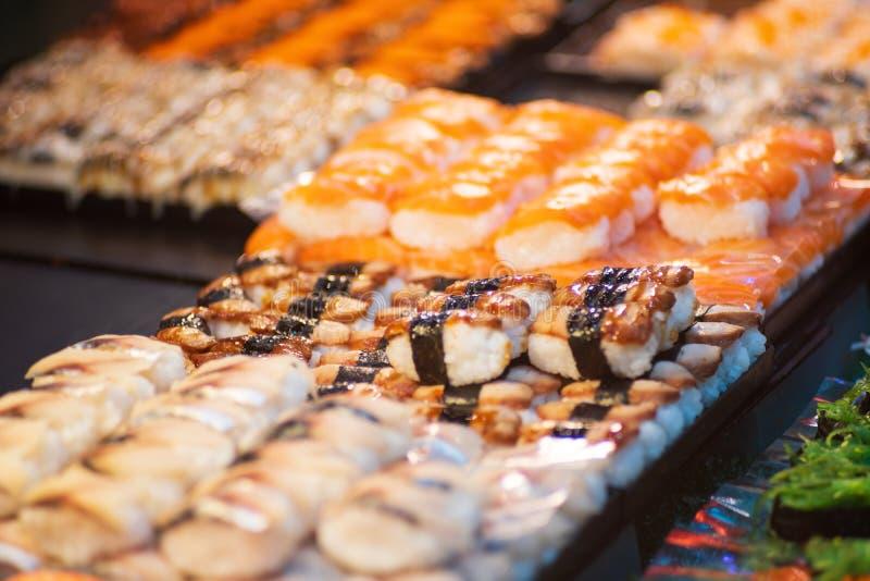 Suchi dla bubla w supermarkecie, Suchi jest Japoński krajowy karmowy popularny na całym świecie zdjęcie royalty free