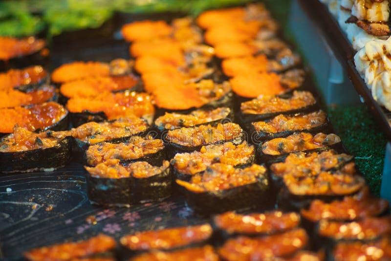 Suchi per vendita nel supermercato, Suchi è alimento nazionale giapponese popolare nel mondo intero fotografia stock
