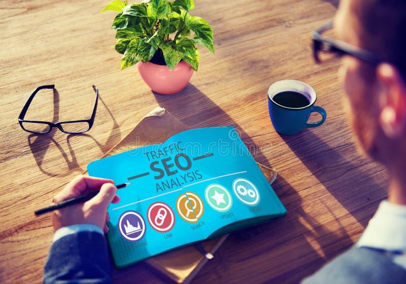 Suchmaschine-Optimierungs-Analyse-Informations-Daten-Konzept lizenzfreie stockfotos