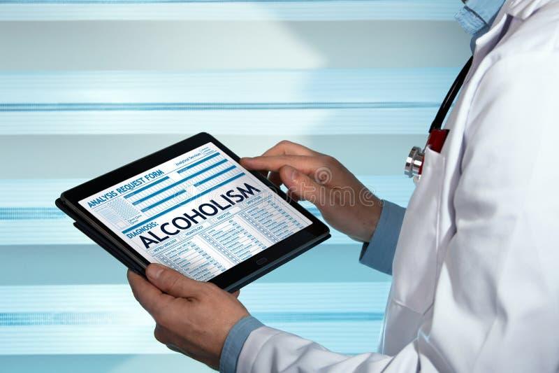 Sucht-Spezialistenlesealkoholismusdiagnose in digitalem MED stockfotografie