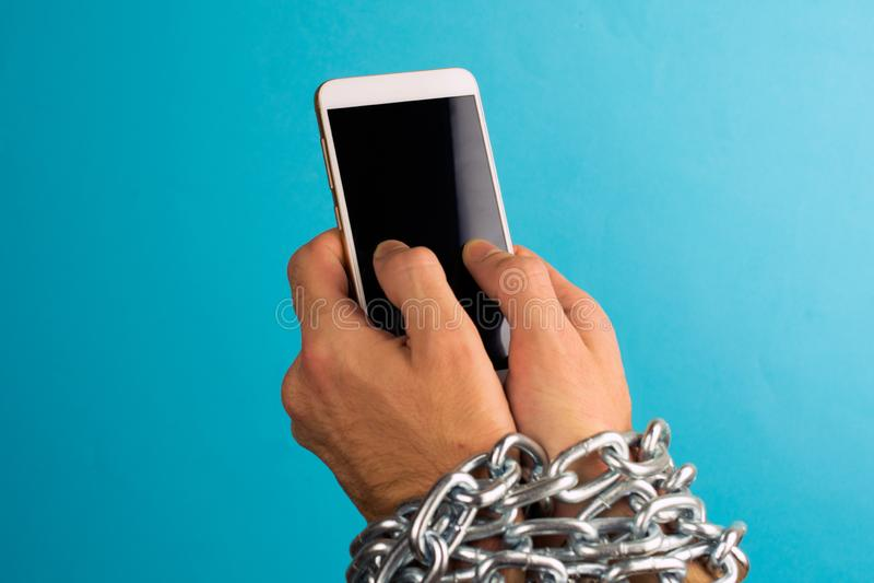 Sucht zum Smartphoneinternet oder -Social Media lizenzfreie stockfotografie