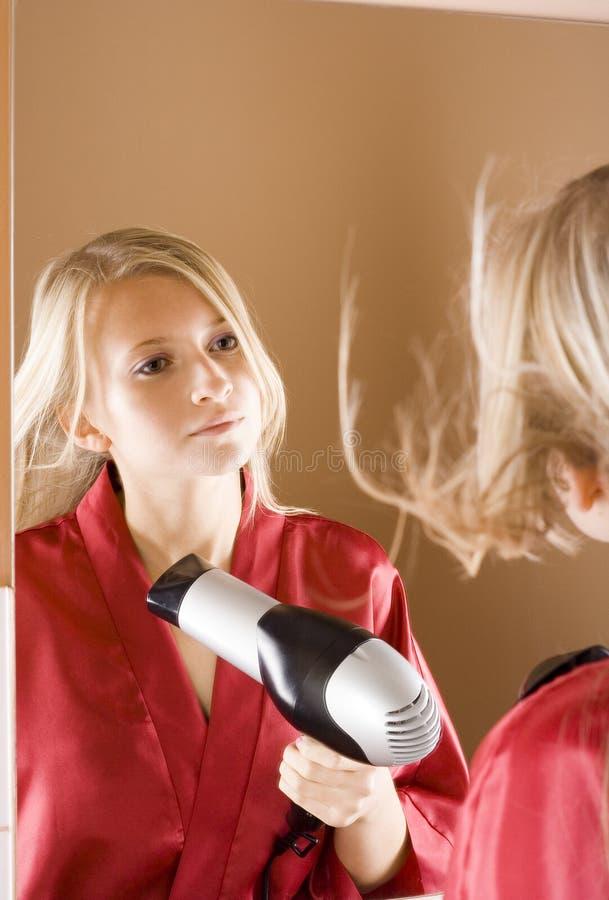 suchy blone włosy reflexion używać młodych kobiet obrazy royalty free