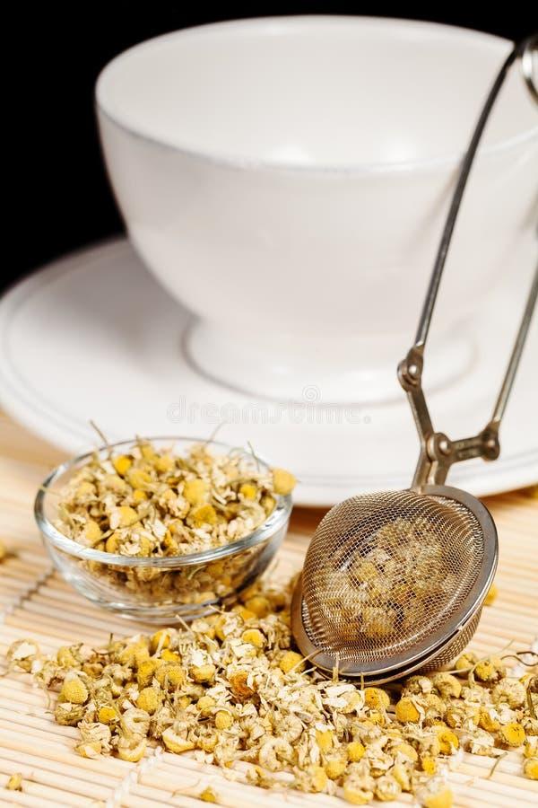Download Suchy Chamomile Z Herbacianym Durszlakiem I Szklanym Naczyniem Obraz Stock - Obraz złożonej z spokój, naczynie: 28960311