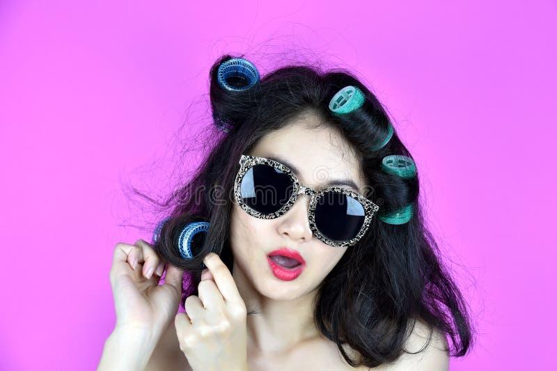 Suchy i uszkadzający włosy z włosianych curlers rolownikami, Nerwowa dziewczyny próba projektować jej frizzy włosy zdjęcie stock