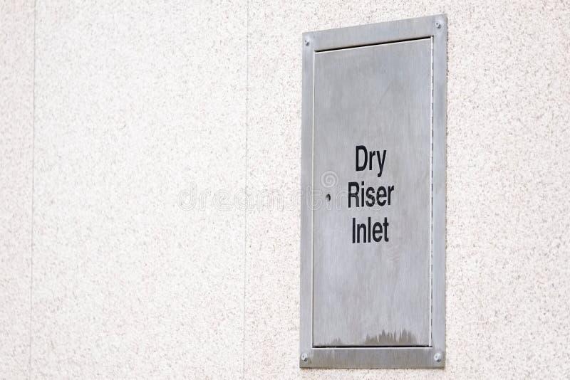 Suchy podnośnik stali srebra pudełka architraw na budynek ścianie obrazy stock
